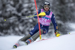 epa08140458 Italy's Giuliano Razzoli clears a gate during the first run of the Men's Slalom race at th FIS Alpine Skiing World Cup in Wengen, Switzerland, 19 January 2020.  EPA/ANTHONY ANEX (ANSA)