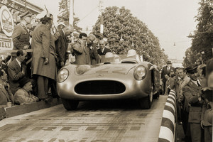 Mr Goodwood Stirling Moss, ricordato assieme alle sue auto vittoriose (ANSA)