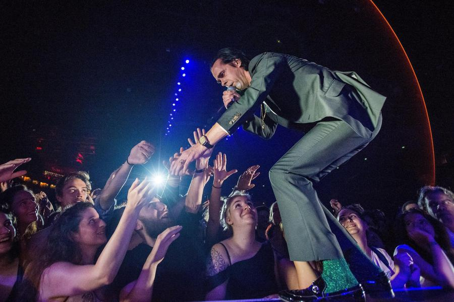 epa06828986 Australian singer Nick Cave performs with his alternative rock band, Nick Cave and The Bad Seeds at the Papp Laszlo Sports Arena in Budapest, Hungary, 21 June 2018.  EPA/Zoltan Balogh HUNGARY OUT © ANSA